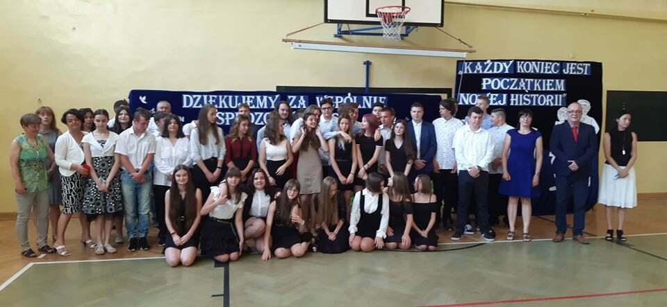 Pożegnanie ósmoklasistów iprzekazanie sztandaru Szkoły